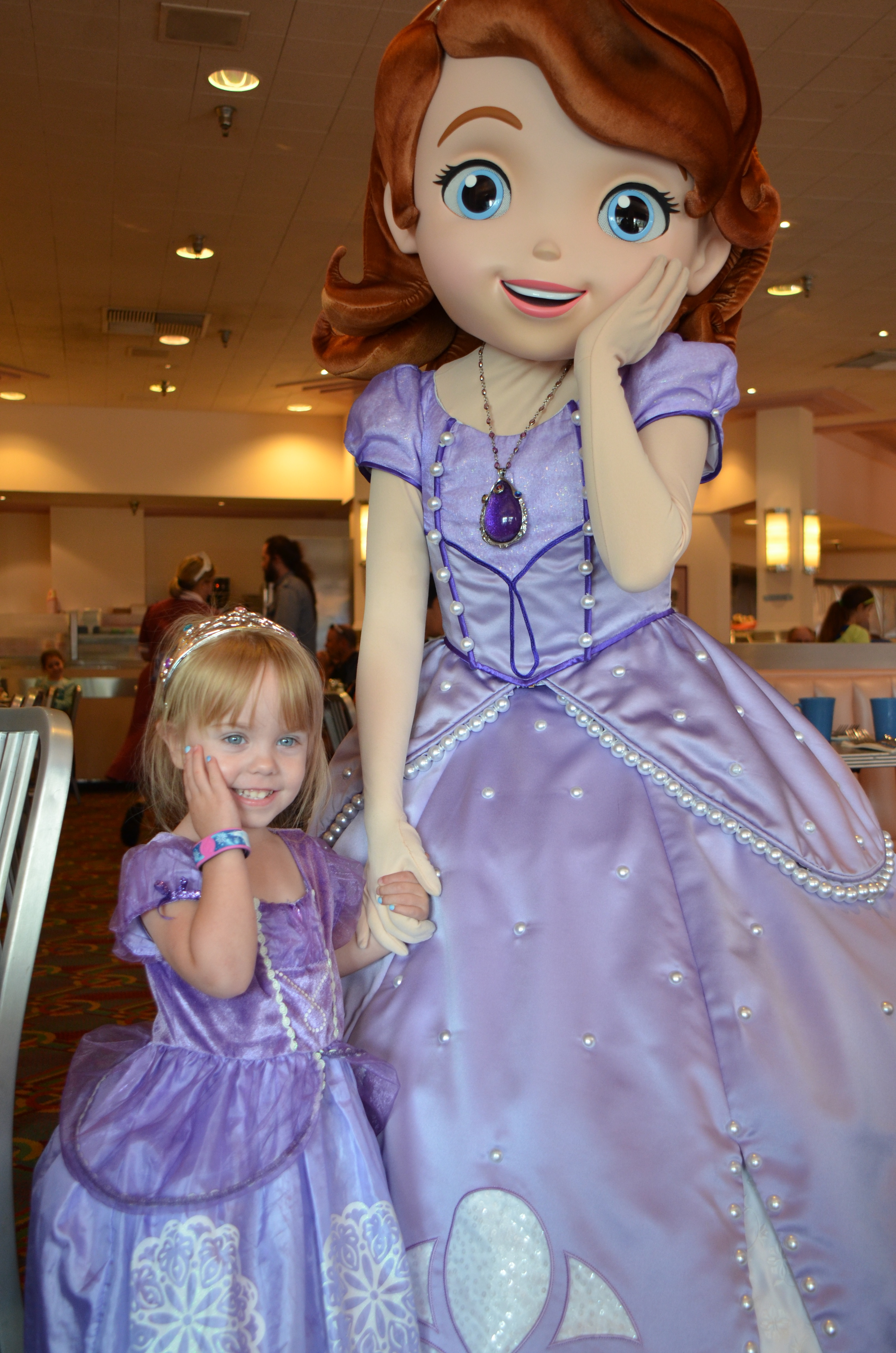Meet sofia at disney the mom approved blog sofia at hollywood and vine 3 m4hsunfo